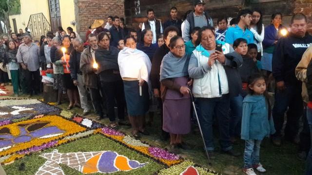 Personas en la procesion o viacrucis patamban