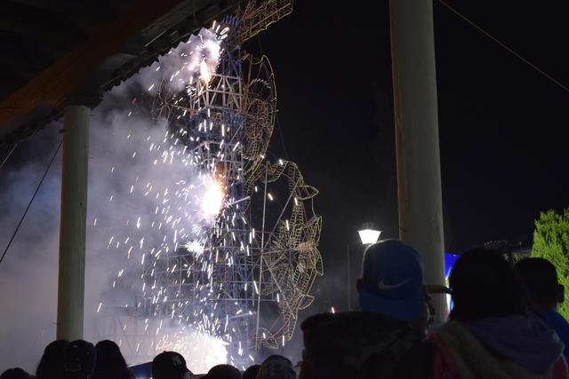 Quema de castillo de fuegos artificiales fiesta patamban