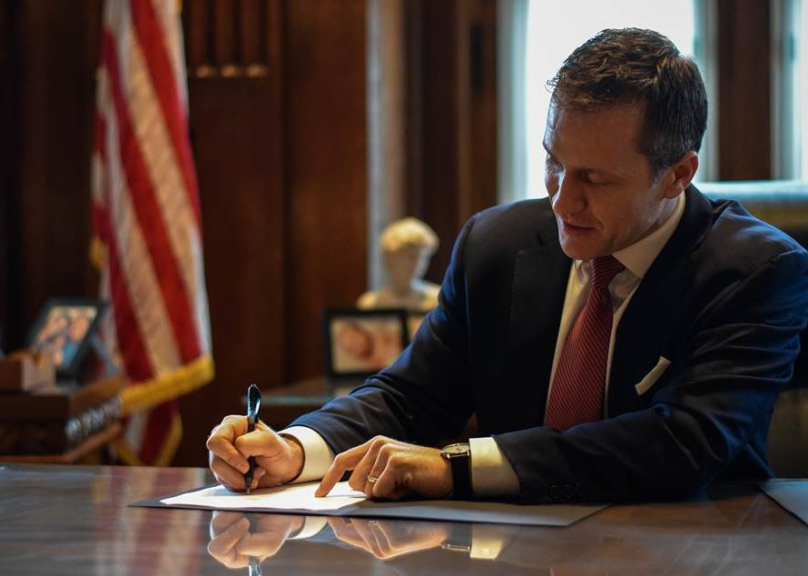 Gov. Greitens pledges to fight St. Louis abortion ordinance, scheduled to meet with Pres. Trump