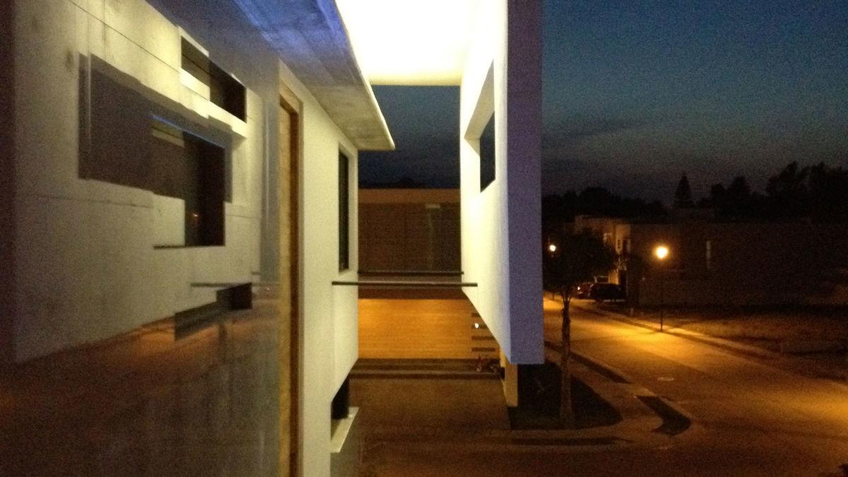 4.vista de fachada lateral nocturna
