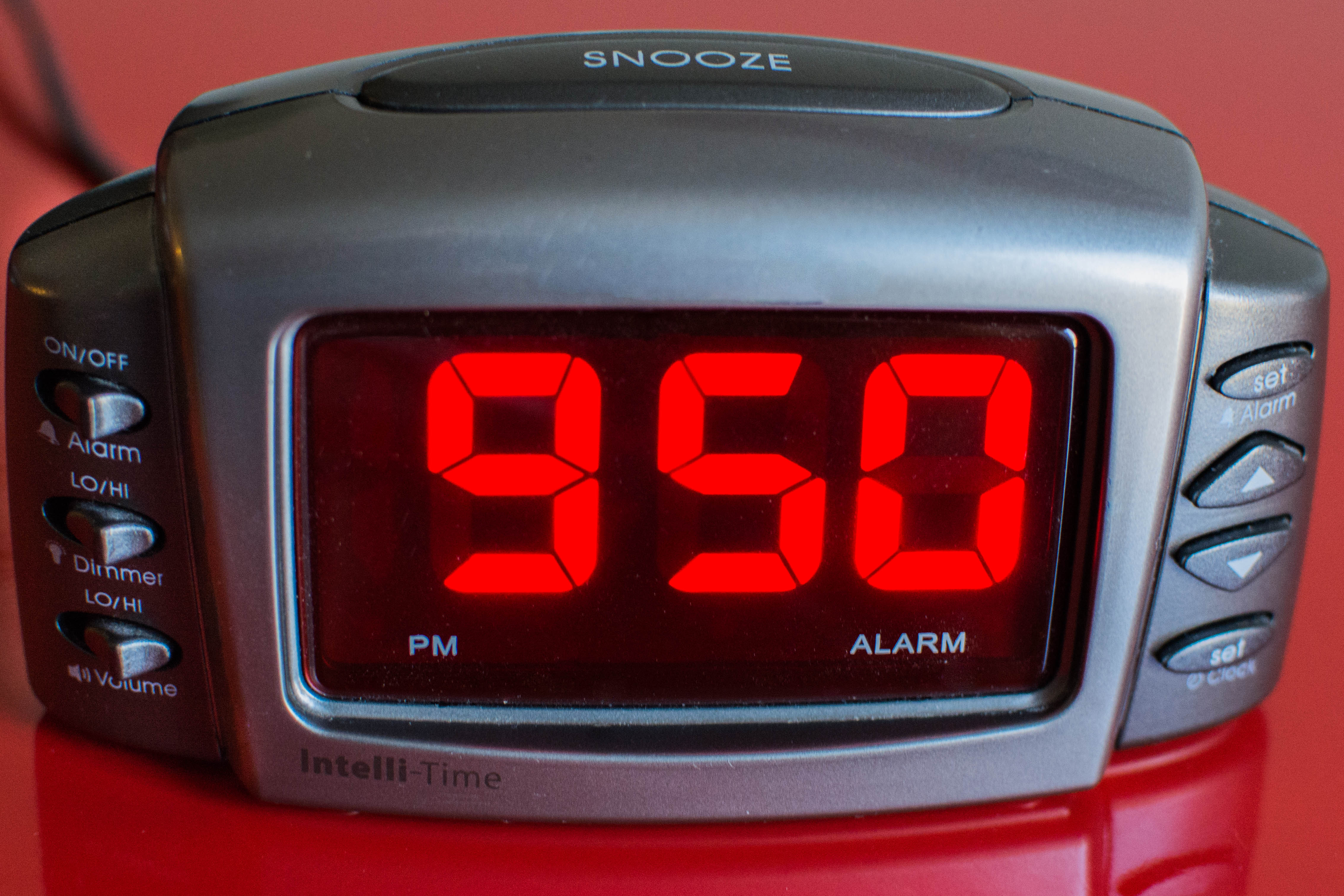 bHow to Set a Radio-Controlled Clock