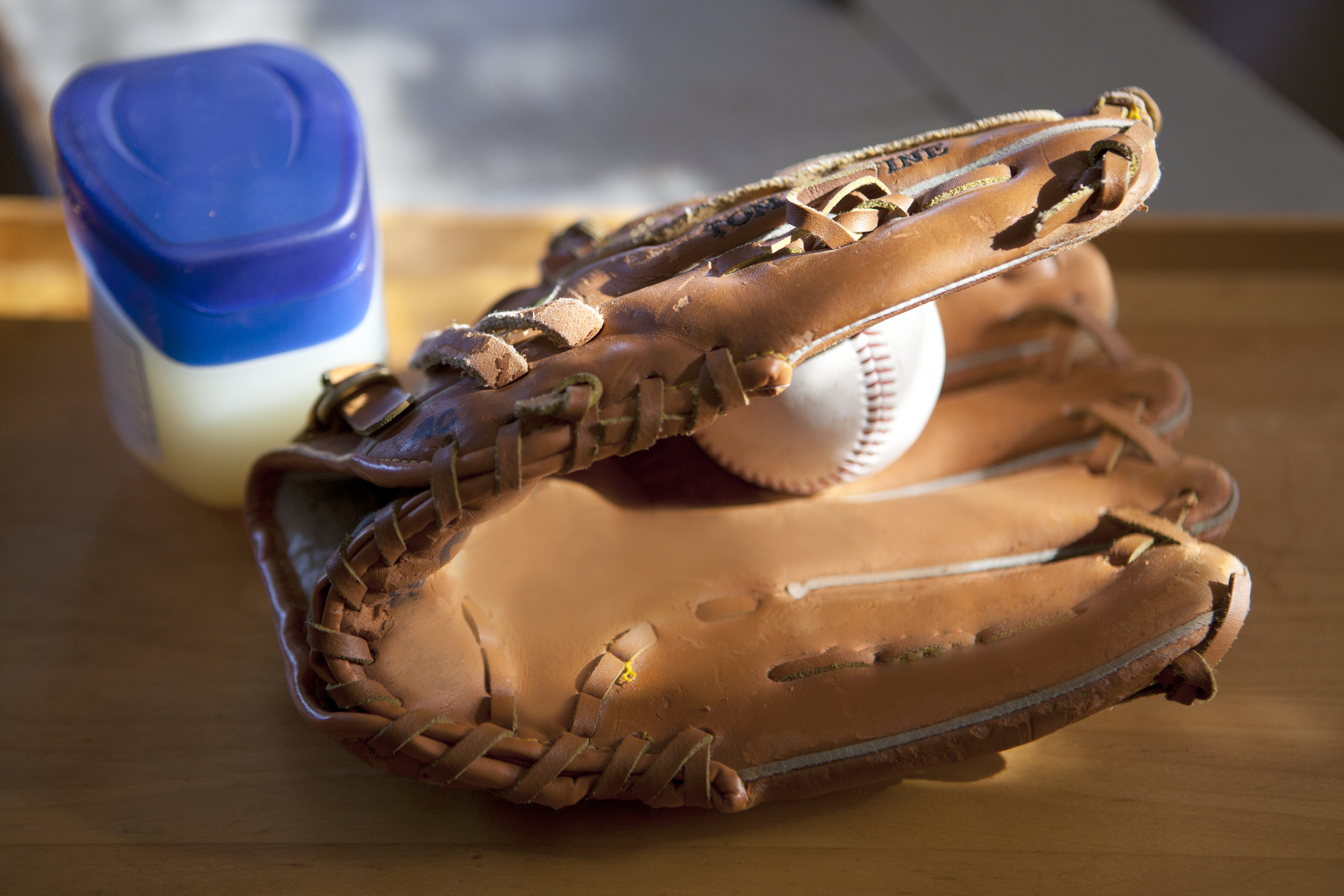 Oiling Steps For A New Baseball Glove 1