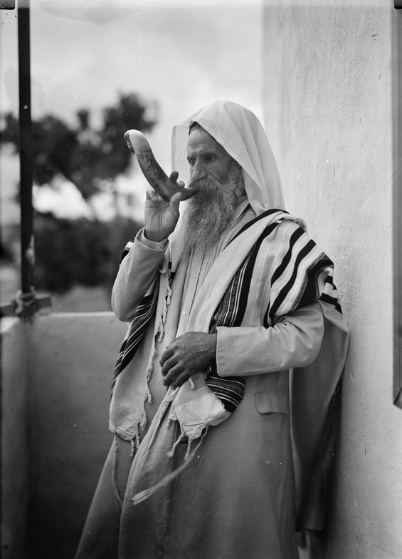 Shofar_for_the_sabbath_from_the_matson_collection_ca._1934-39_loc_large