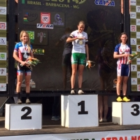 Bronze medalist Mary McConneloug (r) at the 2014 Pan Am MTB Championships