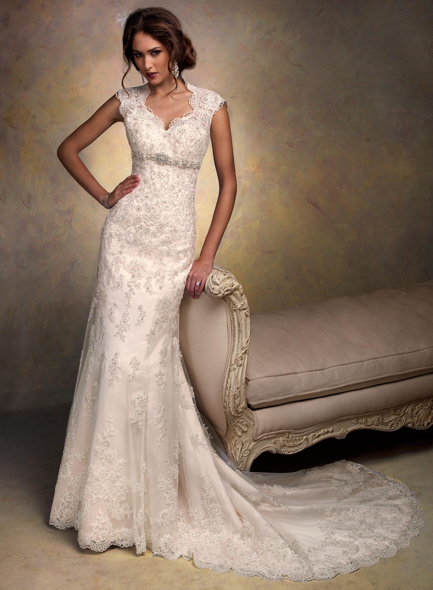 Фото свадебных платьев с кружевом и шлейфом 167