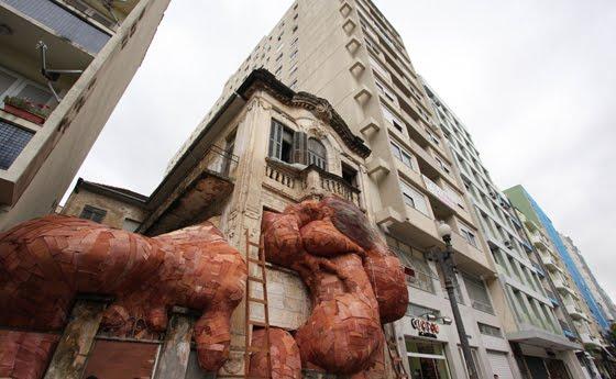 Como-se-fosse-um-tumor-a-obra-Tapume-de-Henrique-Oliveira-cobre-o-predio-da-rua-dos-Andradas-em-Porto-Alegre