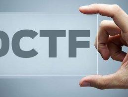 Imagem de Vitrine de mão masculina segurando a palavra DCTF