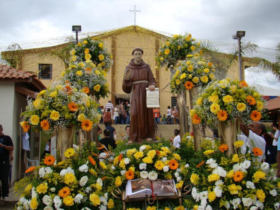 Frei Galvão é celebrado pelo povo brasileiro