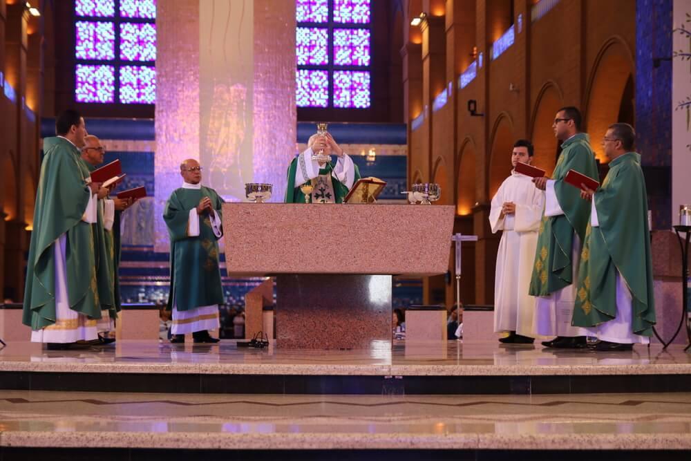 Colaboradores do Santuário de Aparecida, participam da missa de envio para as festividades dos 300 anos.