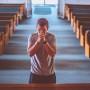 Jovem em oração