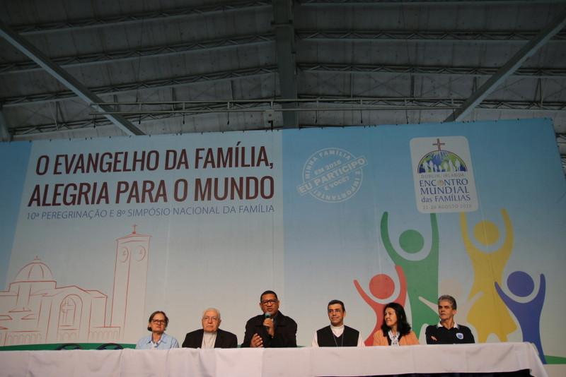 Padres e líderes do movimento dão início ao 8º Simpósio pela Família