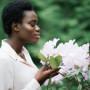 cheirando flores