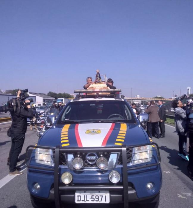 O carro da Polícia Rodoviária Federal conduzirá a imagem pela Rodovia Presidente Dutra até a cidade de Aparecida.