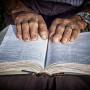 idoso lendo biblia