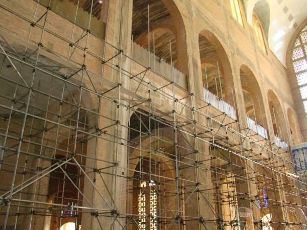 Início dos revestimentos internos e finalização do assentamento do piso