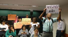 PEC 241 é aprovada em Comissão Especial na Câmara; protestos marcaram dia de votação