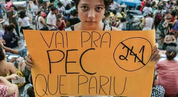 Manifestantes fazem protesto contra PEC 241 no Centro do Rio