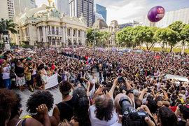 Milhares de pessoas se despedem da vereadora Marielle Franco no Rio de Janeiro