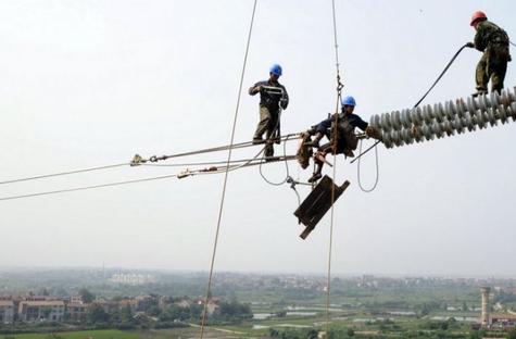 Trabalhadores alertam que a política de privatização de Temer é responsável pela sobrecarga dos eletricitários, que não estão conseguindo dar conta da manutenção de toda a rede do Sistema Elétrico.