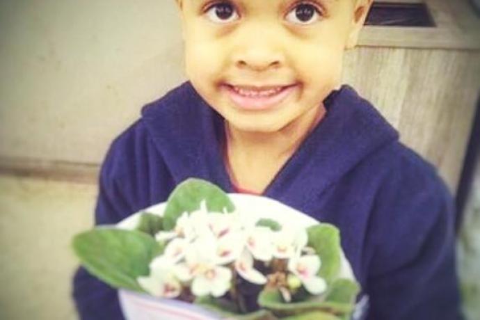 Foto de criança com flores viraliza na web