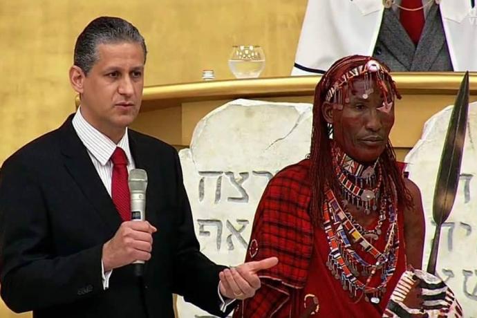 Membro da tribo maasai visita o Templo de Salomão