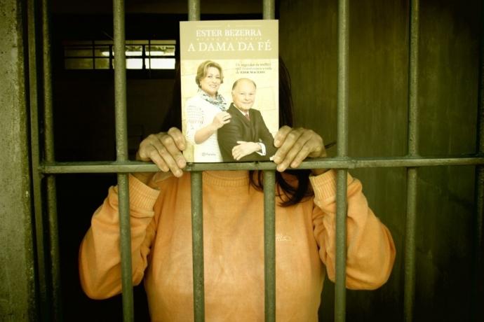 """Voluntários da Universal distribuem exemplares de """"A Dama da Fé"""" em presídio no Paraná"""