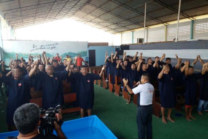 Ações sociais e batismo nas águas são promovidos pelo grupo Universal nos Presídios