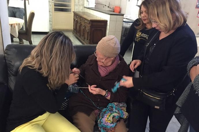 AMC realiza visitas a crianças e idosos