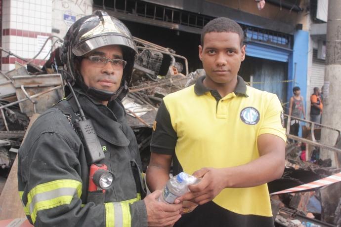 Voluntários da Universal prestam assistência durante incêndios