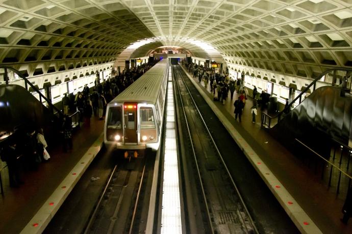 Mulher empurra outra nos trilhos do metrô de Nova York