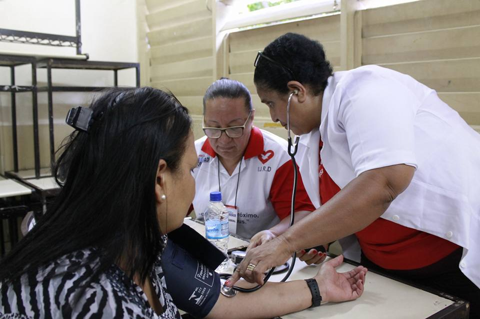 Globo ataca Universal por oferecer ajuda à população carente do Rio de Janeiro