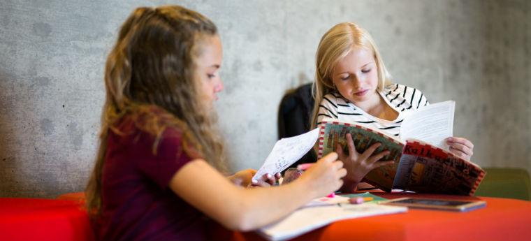6 princípios que fazem da educação na Finlândia um sucesso - Meninas lendo na Escola Kirkkojärvi, na cidade de Espoo