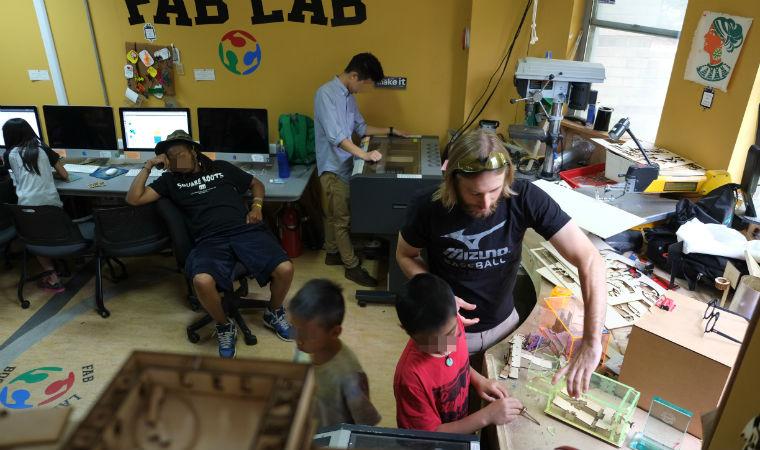 Crianças e jovens participam de atividade de aprendizagem criativa no fab lab