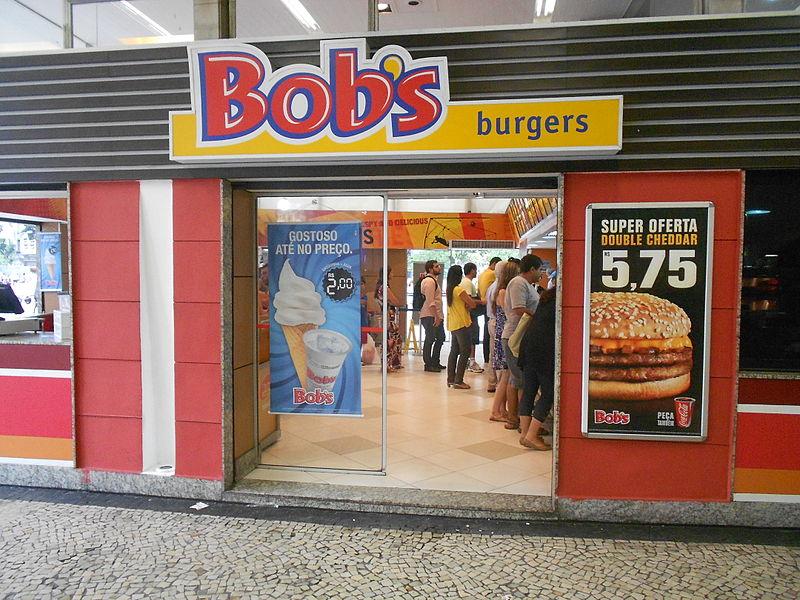 Czy można być tak głodnym, żeby zjeść hamburgera wraz z opakowaniem?