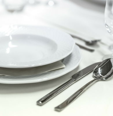 Czynności kelnera z prawej i lewej strony