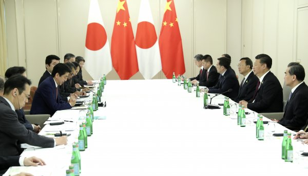 Spotlight: Xi, Abe meet on ties, reaffirm readiness to strengthen China-Japan partnership
