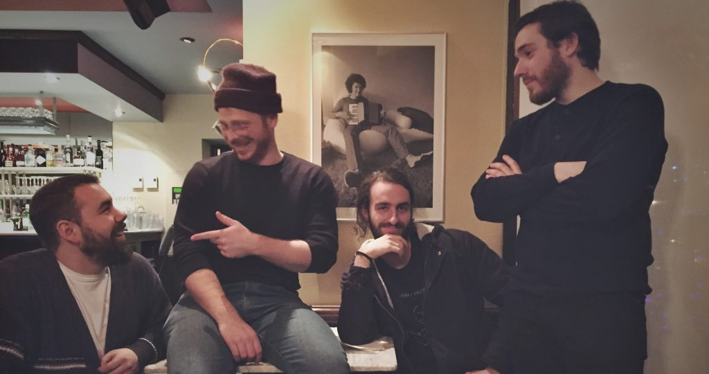 Quatre des membres du quintette Harfang sur un sofa se regardent.