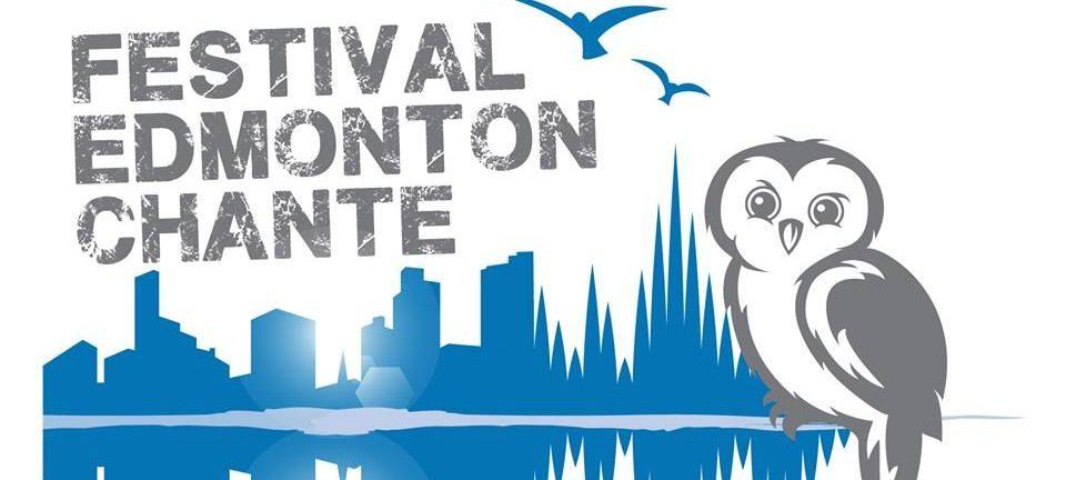 Le logo du Festival Edmonton chante présente un hibou à la droite qui se tient devant le panorama de la ville d'Edmonton.