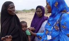 Caption: UNICEF Kenya Child Protection Specialist Zeinab Ahmed (right) speaks with Somali refugees in a camp in Dadaab, north-eastern Kenya., Credit:  UNICEF Kenya/2011/Holt 