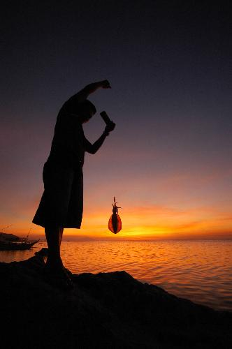 Caption: Fisherfolk using traditional fishing method, Batangas, Philippines., Credit: Peri Paleracio | Marine Photobank