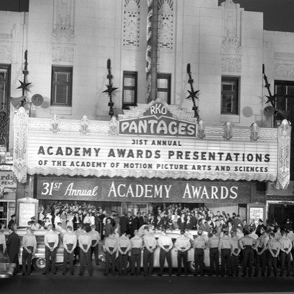 Caption: Crowd lining street under the marquee of the Pantages Theatre at the 31st Academy Awards in 1959. , Credit: Wikimedia Commons.