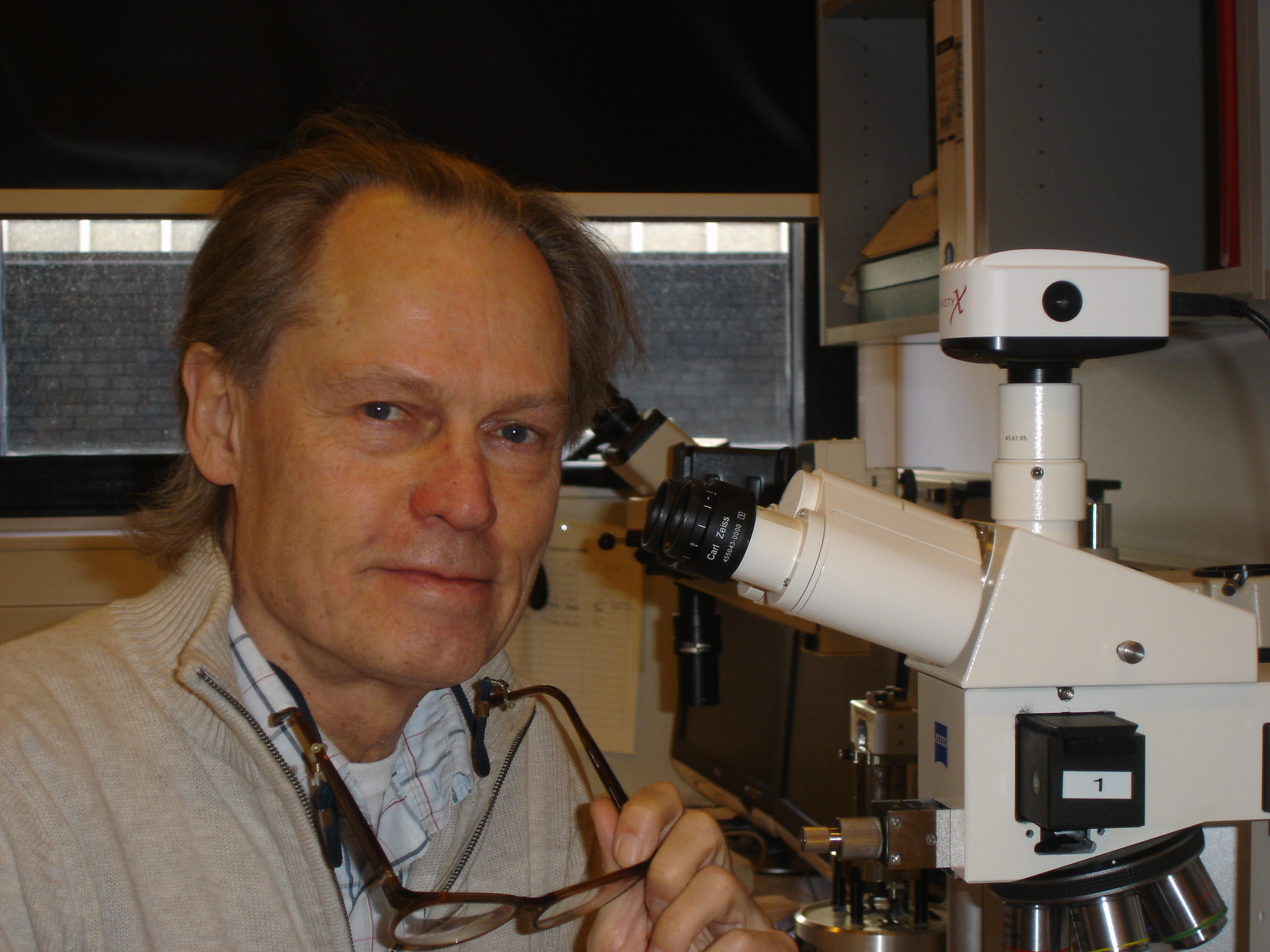 Caption: Dr. Niels Harrit at microscope