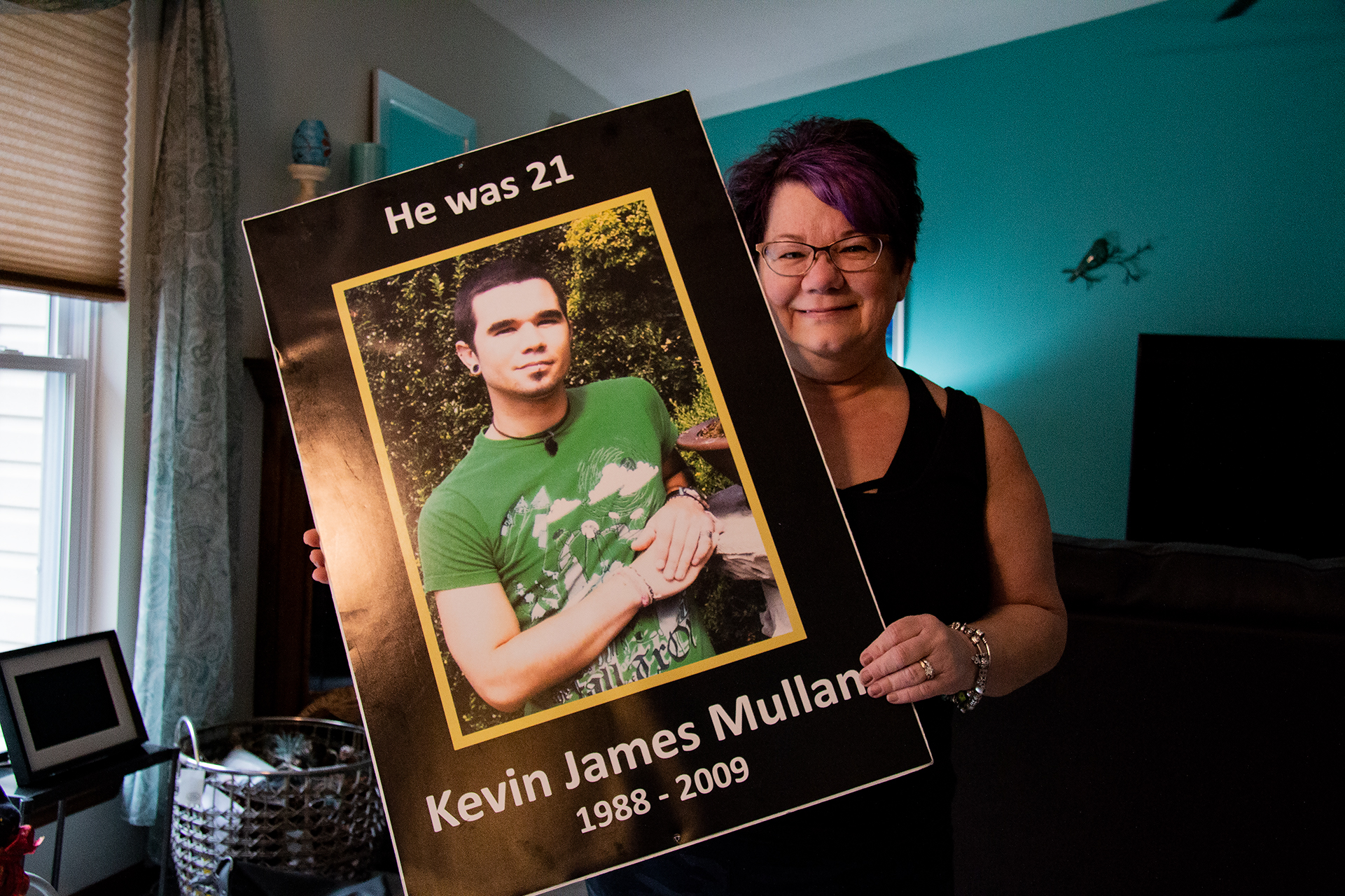 Caption: Kathi Arbini holds a photograph of her son, Kevin Mullane, who died of a heroin overdose at the age of 21., Credit: SEBASTIÁN MARTÍNEZ VALDIVIA/SIDE EFFECTS PUBLIC MEDIA