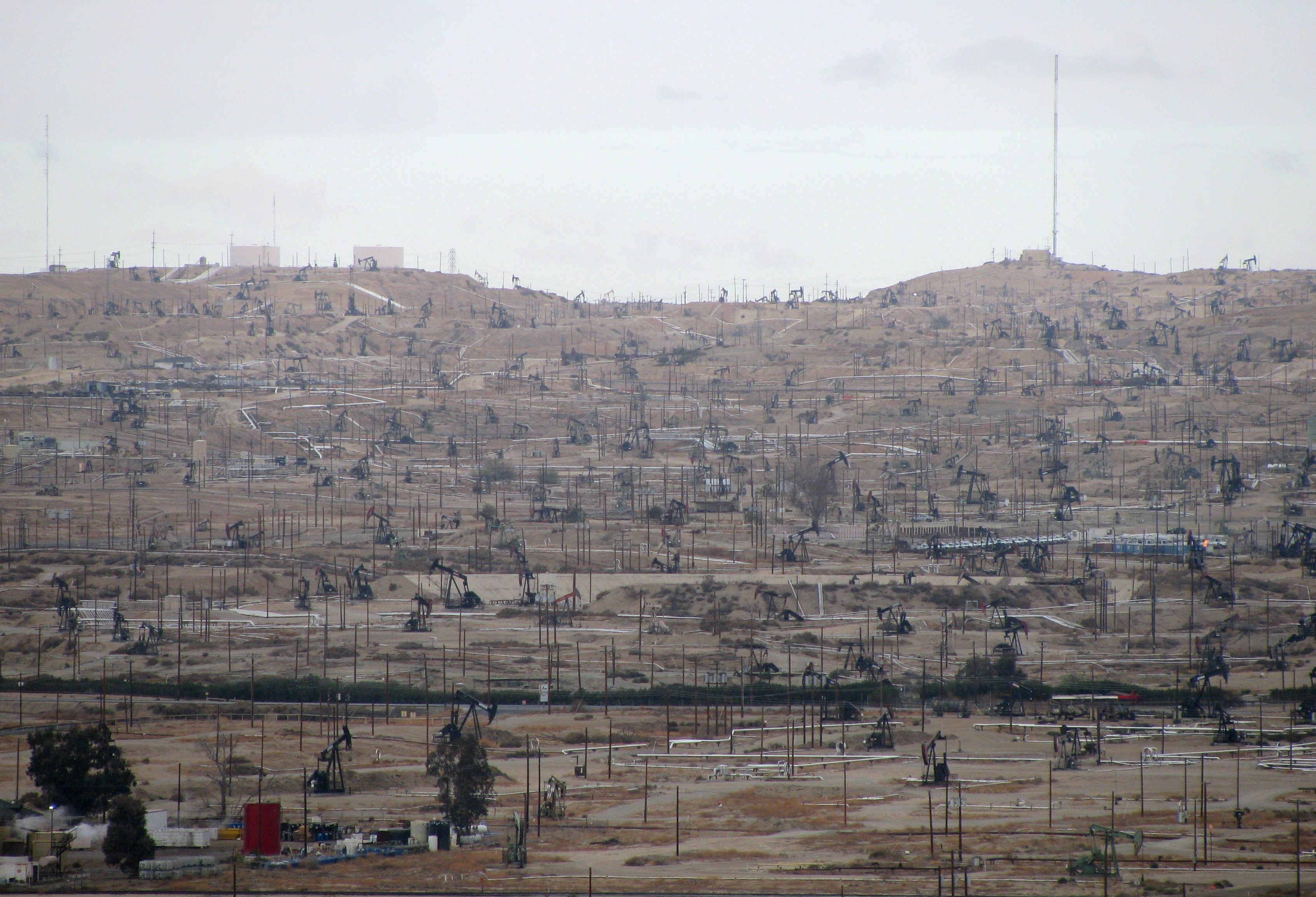 Caption: Kern River Oil Field; view from Panorama Park in Bakersfield, on the blufftop across the river. This is the most densely developed oilfield in California, and the fifth-largest producer (as of 2006) in the US., Credit: Antandrus – Wikipedia administrator, link to license: https://creativecommons.org/licenses/by-sa/3.0/