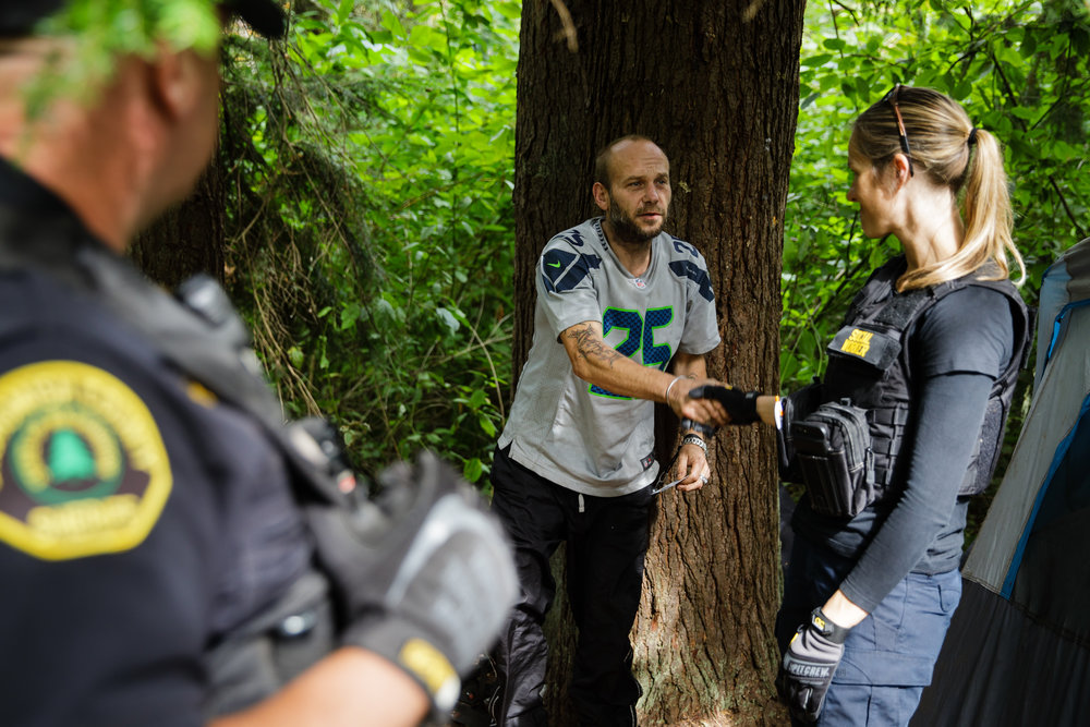 Caption: Social worker Lauren Rainbow and police reaching out to man who may be struggling with addiction., Credit: Leah Nash for Finding Fixes