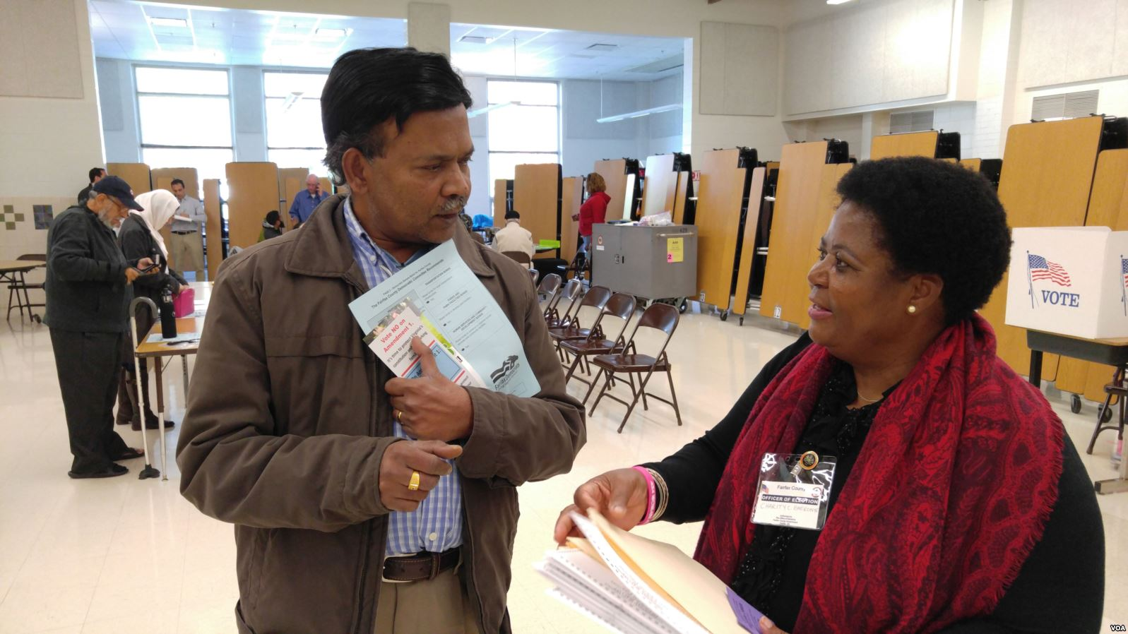 Virginia_voter_gets_election_materials_from_polling_station_worker_before_voting_in_us_presidential_election__nov