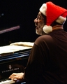 Santa_bt_at_the_piano_small