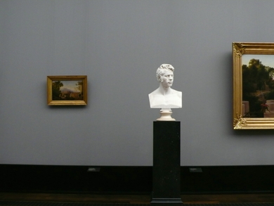 Bust-on-a-pedestal-at-the-old-national-gallery