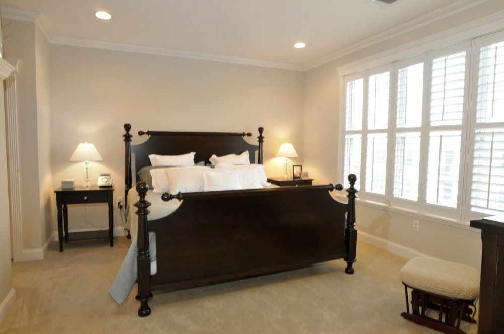 Photos virtual tour slideshow for 200 w elm street for Bedroom recessed lighting