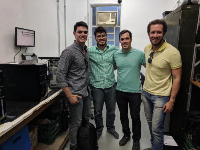 Parte da equipe do QEdu com profissional da secretaria que desenvolveu a solução para otimizar os computadores